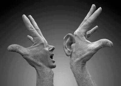 oreille et main